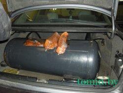 Поляк пытался провезти в Беларусь 112 кг сала в топливном баке, бампере и нише багажника