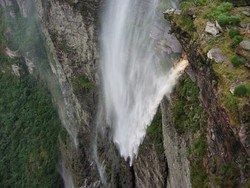 Эквилибрист пересек по канату бразильский водопад и радугу над ним