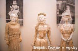 В Гродно в музее истории религии показывают наряды модниц XIX века