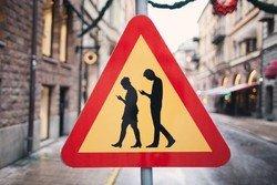 В Хельсинки появился дорожный знак, предупреждающий о людях с гаджетами