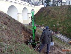 В Гродно специалисты изучают сползающий склон Замковой горы: чтобы сохранить замок, возможно, придется реконструировать набережную