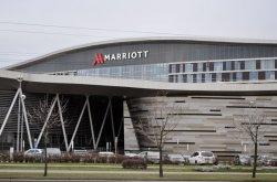 Журналистам показали новый отель Marriott: номера от 149 долларов, кинозалы и корты для сквоша