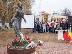 В Шклове установили памятник советскому актеру Петру Алейникову