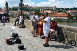Уличные музыканты в Праге каждый четный час будут выступать на правом, а каждый нечетный – на левом берегу Влтавы