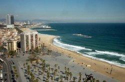 В Барселоне начали очистку пляжей для туристов