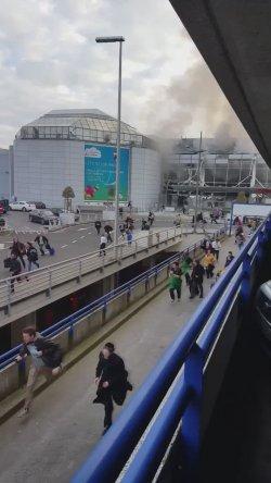 В аэропорту Брюсселя произошло два взрыва. Все рейсы отменены