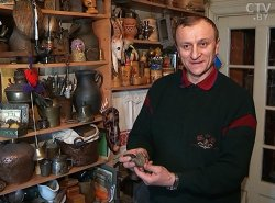 Белорусский ученый Вячеслав Ракович собрал уникальную коллекцию предметов культуры и быта разных эпох