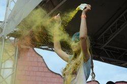 Радужное настроение: в Минске состоялся фестиваль красок Холи ColorFest