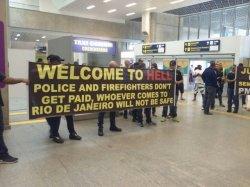 В аэропорту Рио-де-Жанейро туристов встретили баннером «Добро пожаловать в ад»