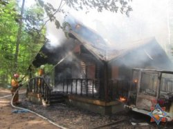В Новогрудском районе сгорел экскурсионный домик
