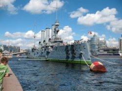 Обновленная «Аврора» вернулась на набережную Санкт-Петербурга