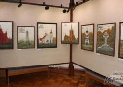 На выставке в Сморгонском историко-краеведческом музее представлена серия картин из стекла «Костелы Беларуси»