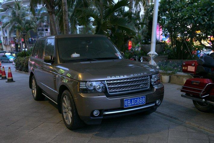 Авто, припаркованное около отеля Intime Resort,