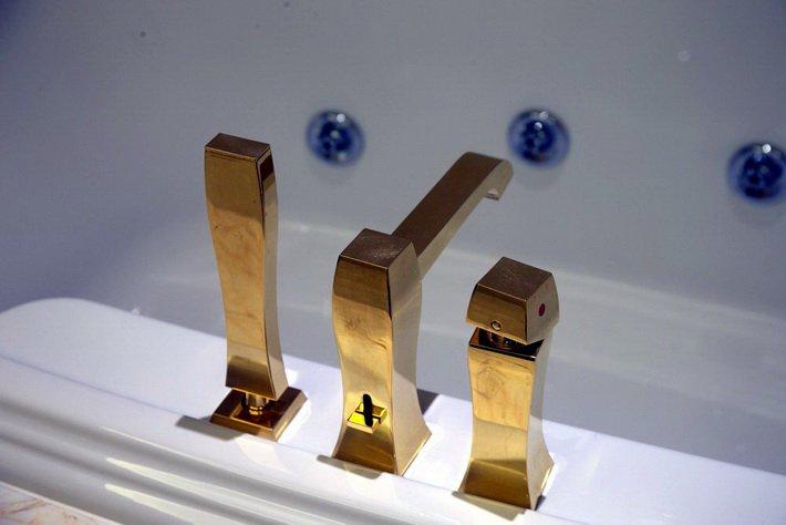 Фурнитура в ванной президентского люкса в отеле Conrad