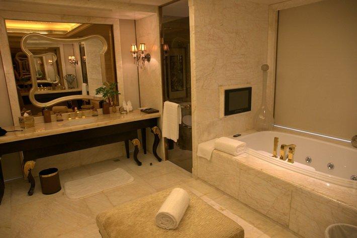 В ванной президентского люкса в отеле Conrad