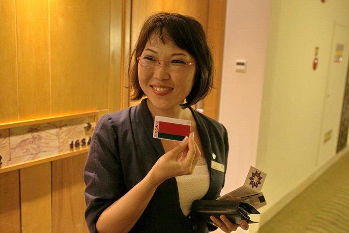 Солана Серен, менеджер отеля Sheraton Sanya Resort, с карточкой для белорусской делегации