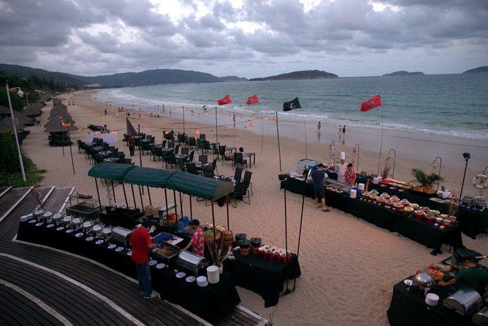 Столики на побережье Sheraton Sanya Resort
