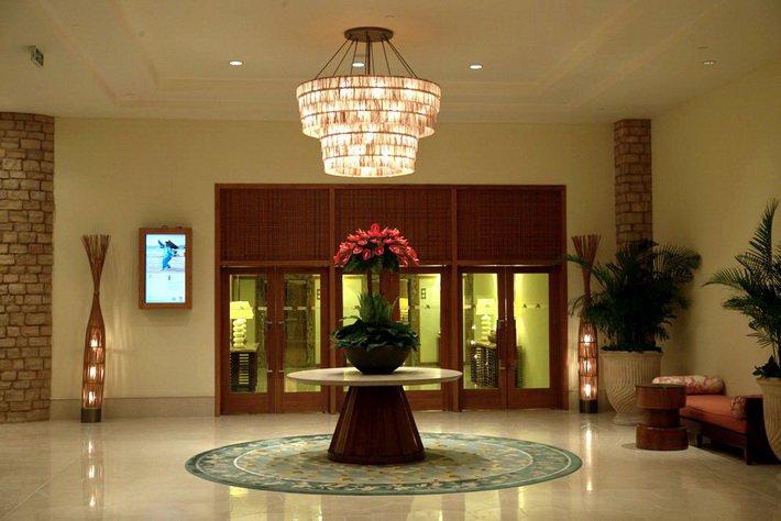 В фойе Sanya Marriott Resort & Spa Hotel множество цветочных композиций