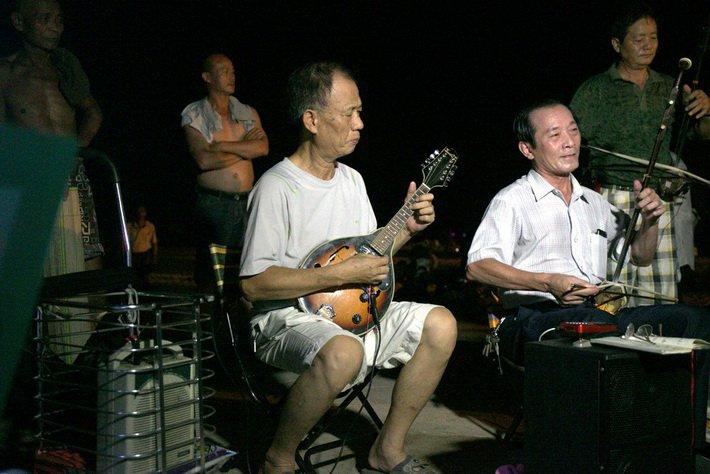 Песни по вечерам на набережной города Санья