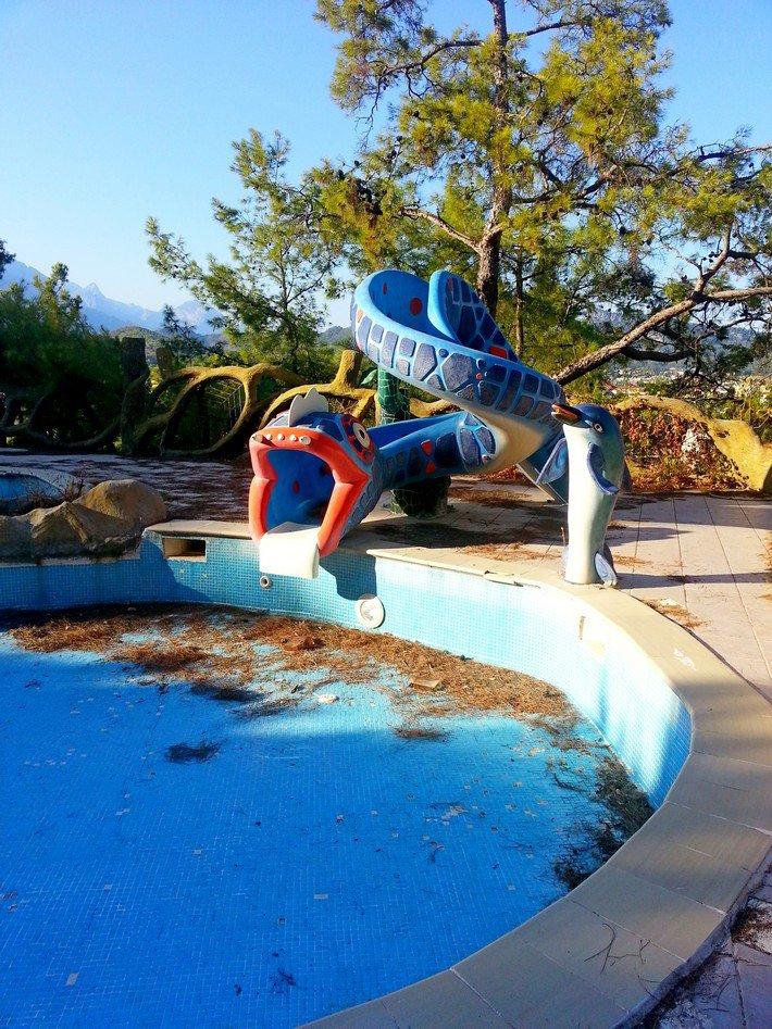 бассейн в заброшенном турецком отеле
