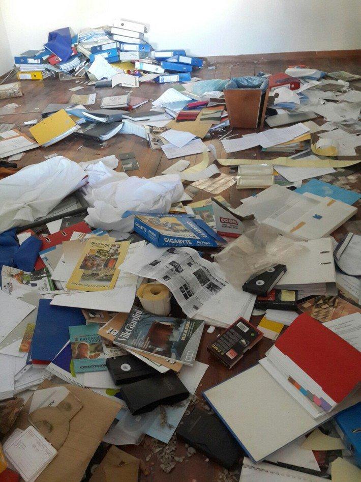 свалка вещей в кабинете