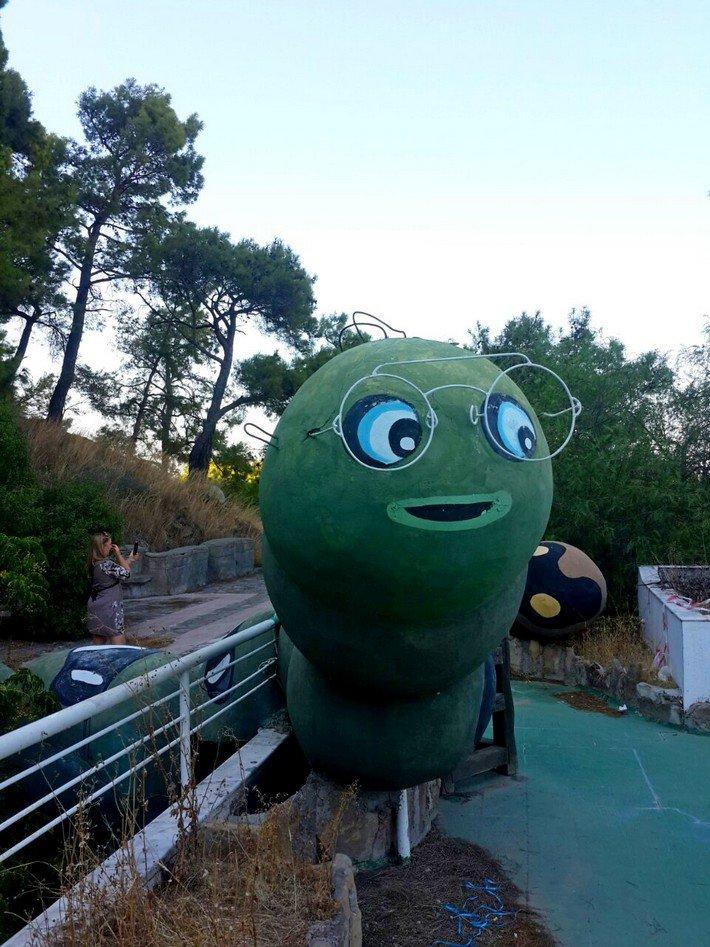 скульптура гусеница